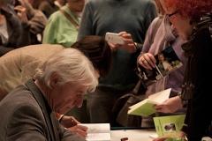"""Riesiger Andrang nach der Vorstellung als Emil Steinberger seine Bücher signierte. Zuvor begeisterte der Kabarettist mit seinem Programm """"Drei Engel""""."""