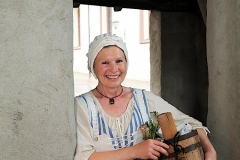 Sylvia Speichinger führt als Magdalena, die geschwätzige Bademagd,  durch die historische Altstadt in Engen