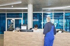 Elma Schmidbauer Neubau Erweiterungsbau, Transparenz prägt auch den Empfang bei Elma Schmidbauer. Farbige Glaswände eröffnen Besuchern den Blick in dei Produktionshalle.