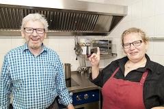 Theodor und Astrid Braun (v.l.n.r.) von der Gaststätte Sternen in Tengen, in ihrer mit einem Anbau erweiterten und komplett erneuerten Küche.