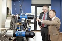 Markus Tamm, Geschäftsführer Orbitalum Tools (links) und  MdL Hans-Peter Storz, SPD-Landtagsabgeordneter des Wahlkreises Singen begutachten deutsche Ingenieurskunst des Singener Unternehmens.