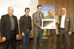 Landrat Frank Hämmerle übergibt Solar-Modul an seinen Nachfolger Zeno Danner