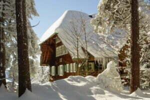 Schneebedecktes Schwarzwaldhaus im Hochschwarzwald