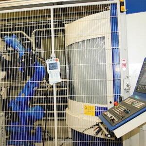 WEFA - Industrieroboter im Einsatz Ein Roboter ist in der Fertigung keine Seltenheit mehr. Hier bei WEFA in Singen - zur Sicherheit hinter Gittern. Die digitale Transformation der Geschäftsprozesse zur Industrie 4.0 ist mitentscheidend für den Erfolg der Fertigungsbetriebe. Bildquelle: Holger Hagenlocher