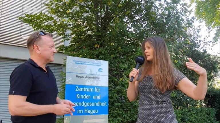 """Interview Hegau-Jugendwerk zur Aktion """"Laufen fürs Laufband"""". Auf dem Bild links Holger Hagenlocher vom Redaktionsbüro Hagenlocher, rechts Tanja Krank, Marketingleiterin beim Hegau-Jugendwerk"""