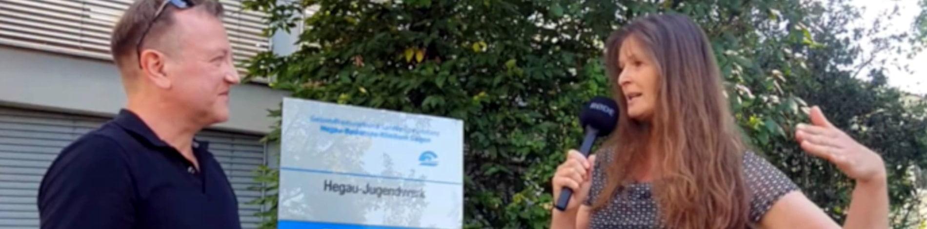 Live Reporter Holger Hagenlocher vom Redaktionsbüro Hagenlocher bei einem Interview